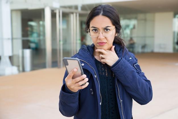Bezorgd kantoor werknemer chatten op telefoon