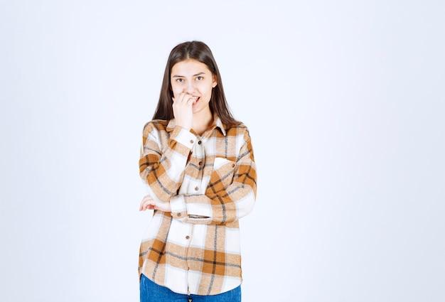 Bezorgd meisjesmodel dat in haar vingers bijt