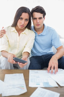 Bezorgd paar dat hun rekeningen doet