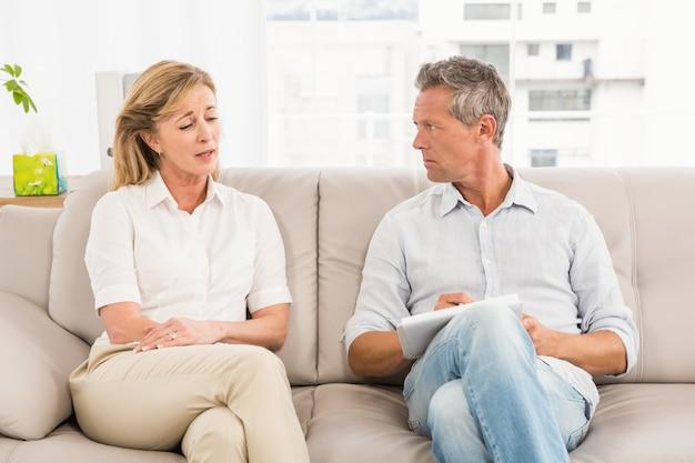 Bezorgd therapeut luisteren naar vrouwelijke patiënt