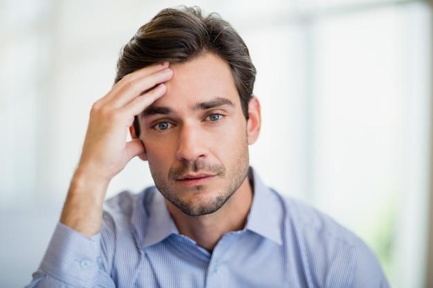 Bezorgd zakenman met hand op het hoofd