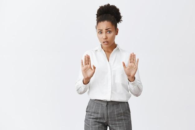 Bezorgde afro-amerikaanse vrouw die zegt te stoppen, handen opsteken als vreedzaam oplossend argument