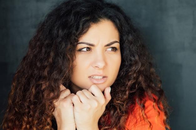 Bezorgde bezorgde vrouw. toenemende angst angst.