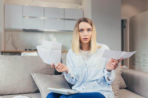 Bezorgde huisvrouw betaalt hoge rekeningen terwijl ze thuis op de bank zit, gefrustreerd door werk en maandelijks inkomen