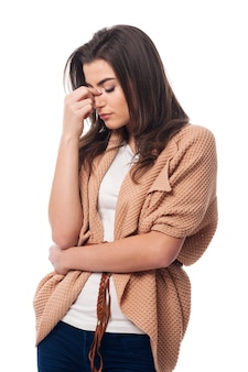 Bezorgde jonge vrouw met sinusitis