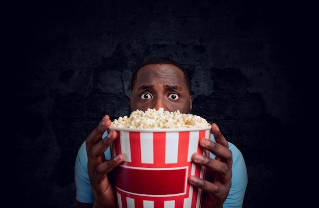Bezorgde jongen kijkt naar een horrorfilm. concept van entertainment en streaming tv.