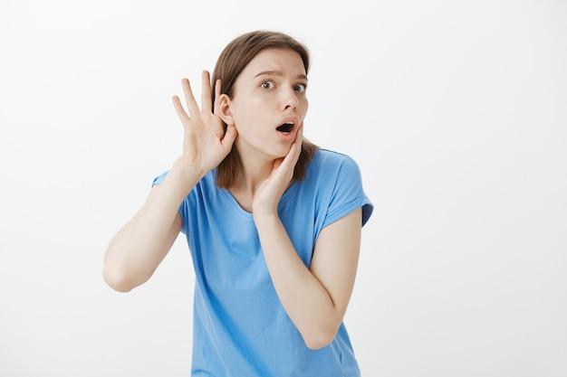 Bezorgde nieuwsgierige vrouw afluisteren, roddelen, oor dichterbij tijdens het afluisteren