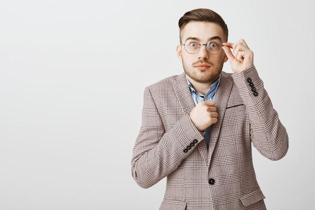 Bezorgde onzekere werknemer in pak die in paniek kijkt, ergens schuldig aan is