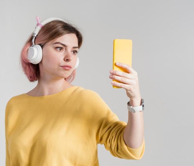 Bezorgde vrouw die telefoon bekijkt