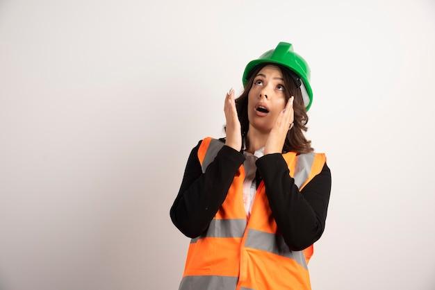 Bezorgde vrouwelijke werknemer die op zijn kop kijkt