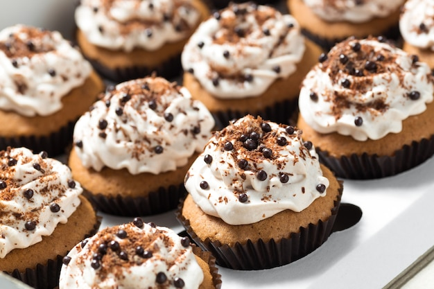 Bezorgdoos met koffie cupcakes gedecoreerde mokka botercrème en chocoladeschilfers