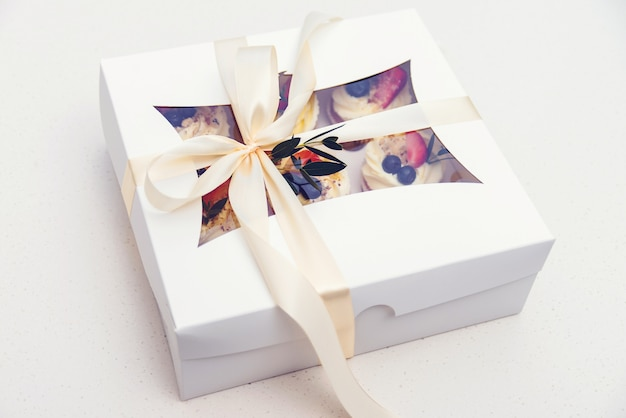 Bezorgdoos met lekkere cupcakes. papieren doos met fruit cupcakes. moederdag feest. verjaardagsfeest. paasvakantie vieren.