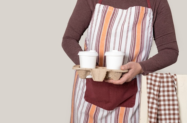 Bezorgen of barista-container om mee te nemen met twee witte kopjes koffie.