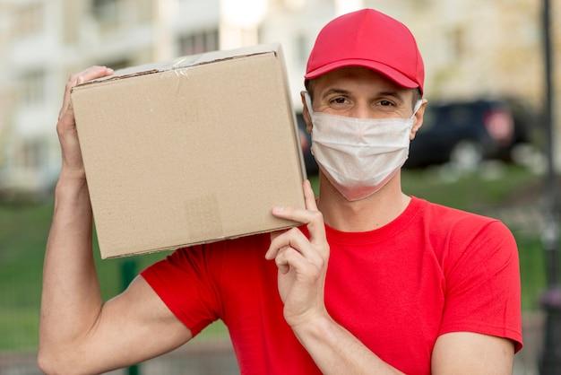 Bezorger die chirurgisch masker draagt