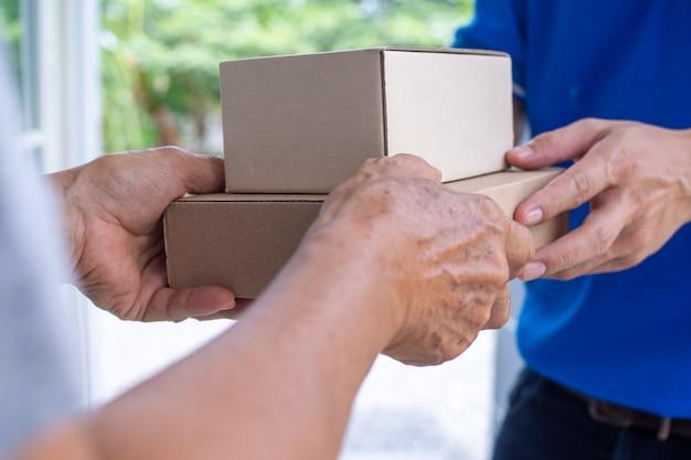 Bezorger geeft pakketten snel