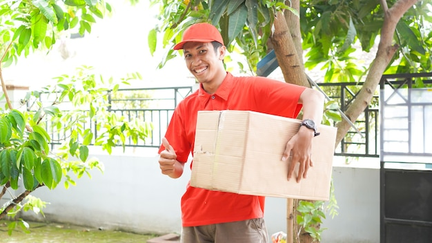 Bezorger levert de doos aan de klant en ok gebaar