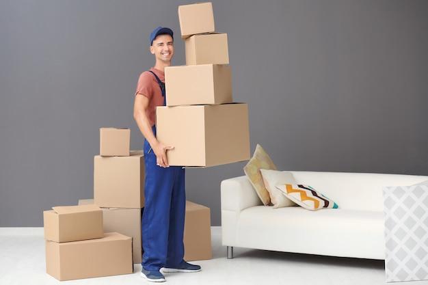 Bezorger met dozen, binnenshuis