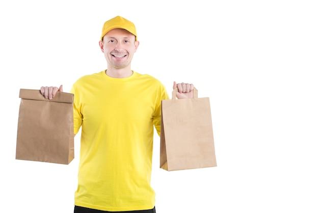 Bezorger met glimlach en blij gezicht bezorgt pakket goederen thuis.