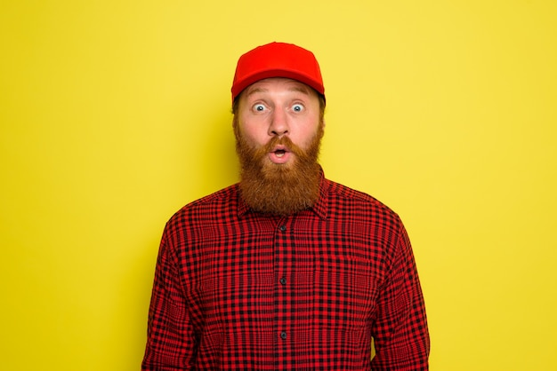 Bezorger met hoed en baard heeft een verbaasde uitdrukking