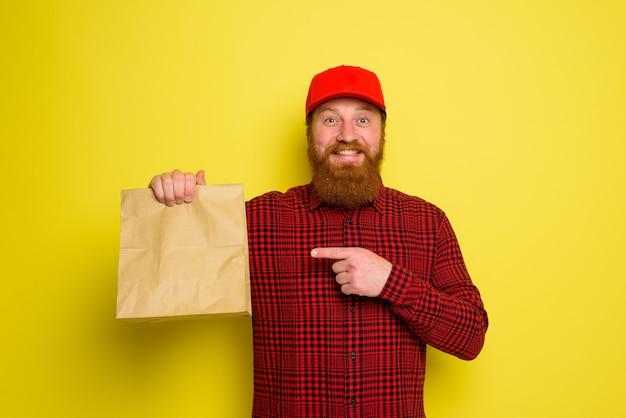 Bezorger met hoed en baard heeft een vrolijke uitdrukking