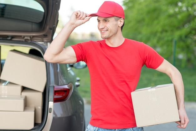 Bezorger met hoed en doos