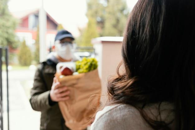 Bezorger met voedselpakket