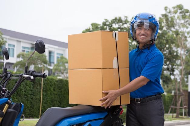 Bezorger rijdt op motorservice, snelle en gratis transportbezorging