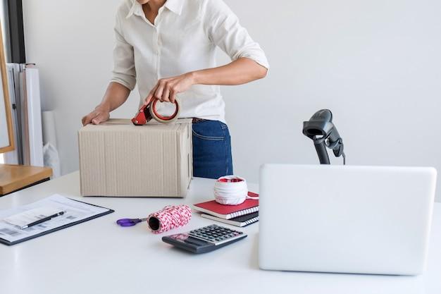 Bezorger van bedrijfseigenaar en werkende verpakkingsdoos