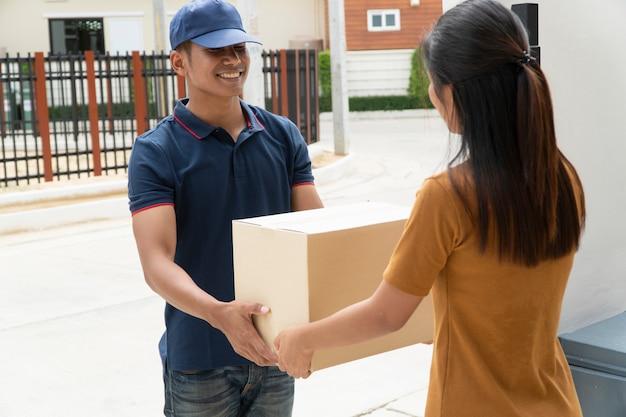 Bezorgers sturen producten naar klanten.