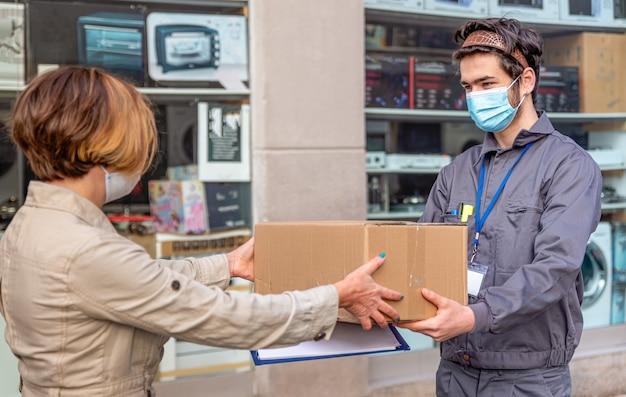Bezorgkoerier bezorgt pakket aan vrouw