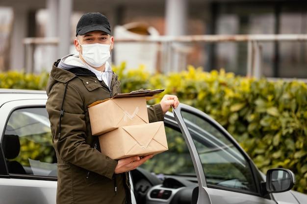Bezorgmannetje met masker en pakjes