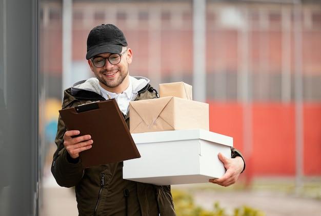 Bezorgmannetje met pakketten