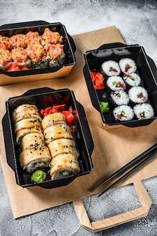 Bezorgservice japans eten rolt in doos