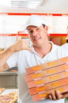 Bezorgservice, man met pizzadozen