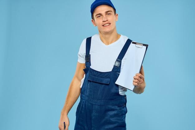 Bezorgservice man werknemer dienstverlening blauwe achtergrond.