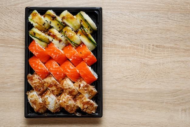 Bezorgservice - sushi rolt in plastic doos.