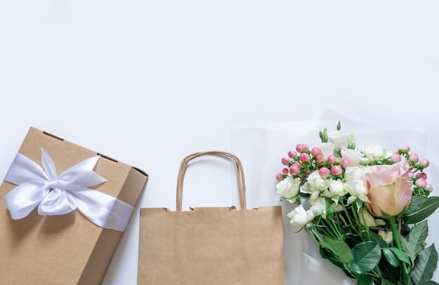 Bezorgservice verpakking zak doos bloemen roze witte achtergrond cadeau verzending