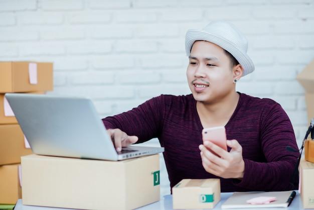 Bezorgservice werkt met papieren tussen pakketten aan tafel