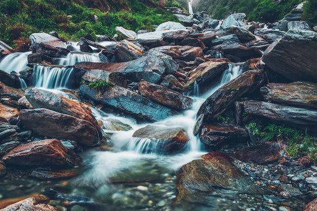 Bhagsu-waterval. bhagsu, himachal pradesh, india
