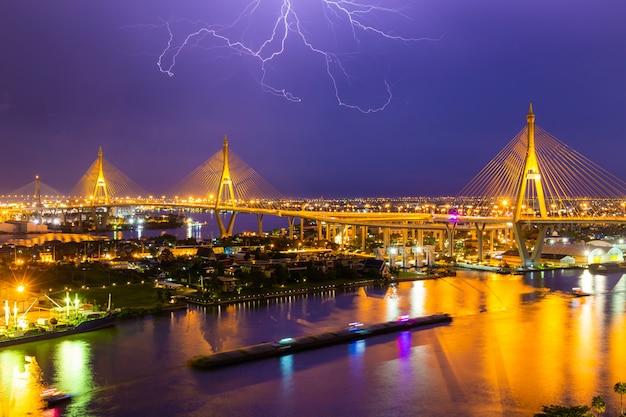 Bhumibol bridge is een van de mooiste bruggen in thailand en zicht op het gebied voor bangkok met donderslag.