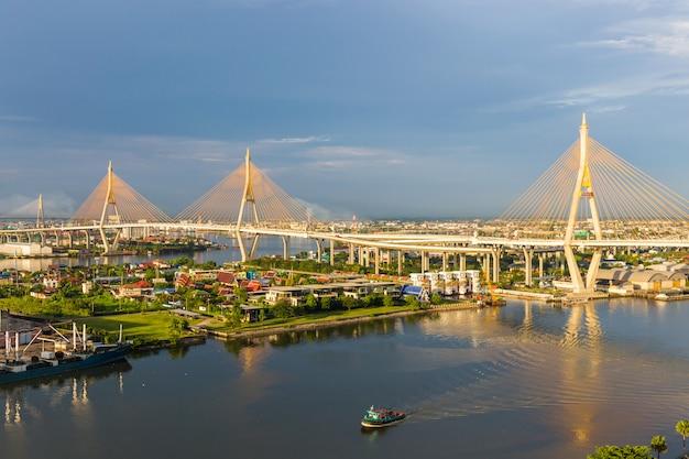 Bhumibol bridge is een van de mooiste bruggen in thailand en zicht op het gebied voor bangkok.