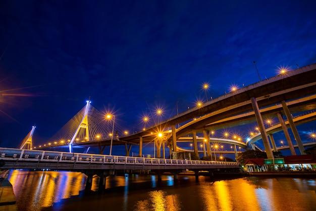 Bhumibol-brug bangkok thailand met schemertijd.