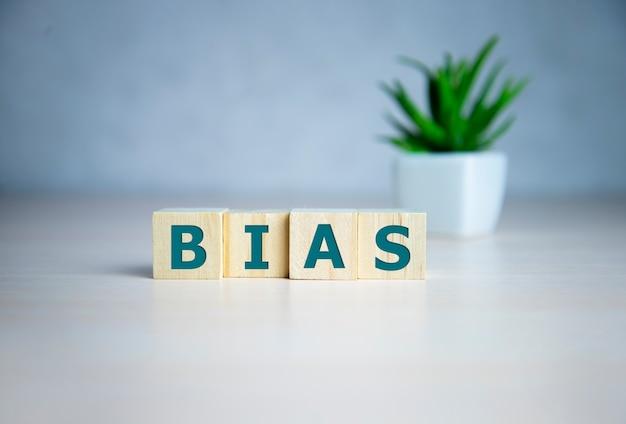 Bias - woord van houten blokken met letters, persoonlijke meningen beoordelen vooringenomenheid concept