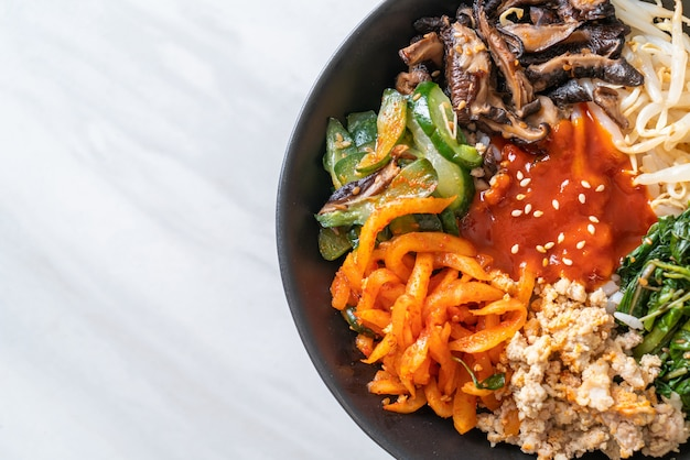 Bibimbap, koreaanse pittige salade met rijstkom - traditioneel koreaanse eetstijl