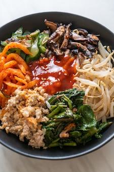 Bibimbap, koreaanse pittige salade met rijstkom, traditioneel koreaanse voedselstijl