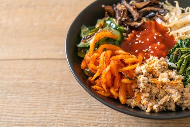 Bibimbap, koreaanse pittige salade met rijstkom - traditioneel koreaanse voedselstijl