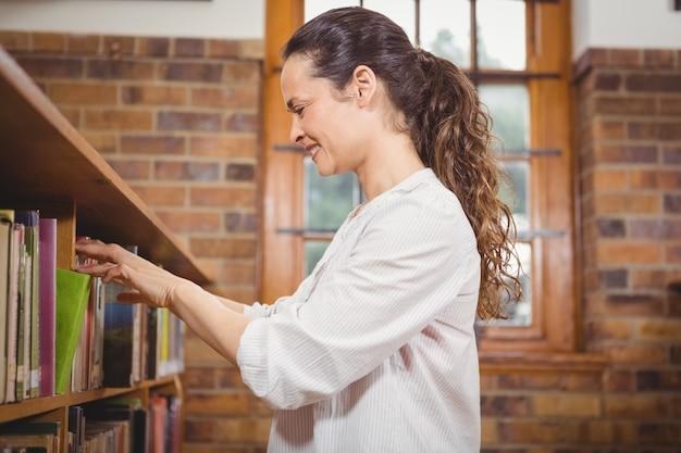 Bibliothecaris sorteren van boeken in de schappen