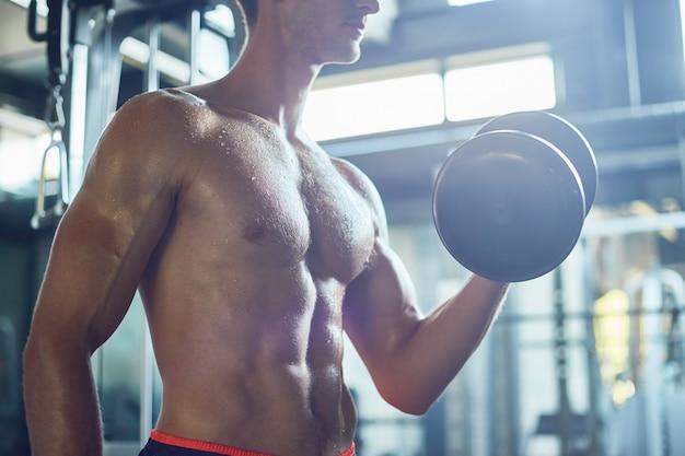 Biceps bouwen met halters