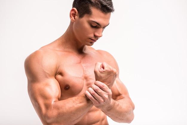 Biceps en borstspieren van een jonge atletische man.