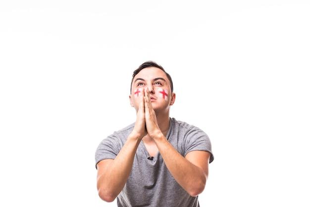 Bid voor portugal. de voetbalfan van engeland bidt voor spel van het nationale team van engeland op witte achtergrond. voetbalfans concept.